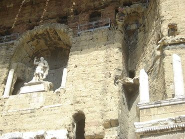 """Luberon - le Théâtre Antique d'Orange est le """"théâtre de pierre"""" le mieux conservé du monde romain occidental."""