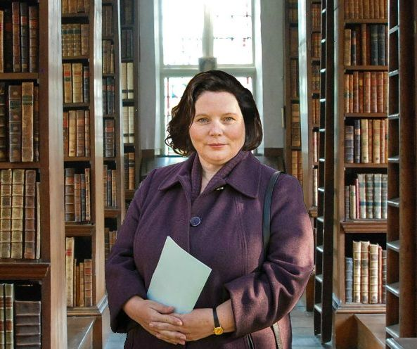 Joanna Scanlan as Verin. short, plump & bookish (but unfamiliar with her acting)