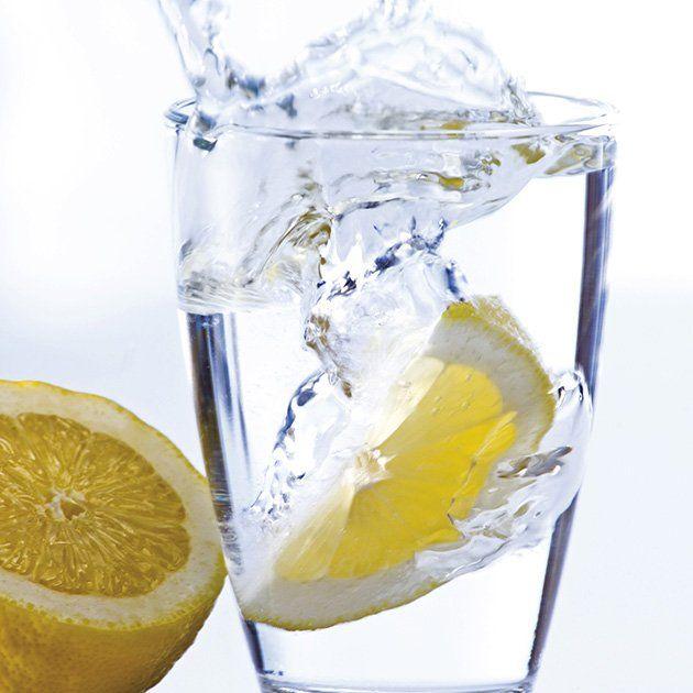 Un verre d'eau et 1 ou 2 lamelle de citron. Vous pouvez aussi essayer avec des fraises ou des lamelles d'orange