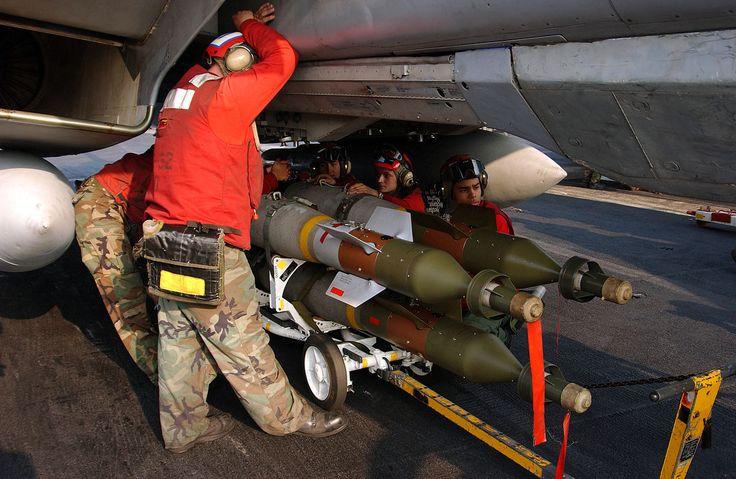 GBU-12 xxl - GBU-12 Paveway II -  La GBU-12 Paveway II es una bomba guiada por láser, de origen estadounidense basada en la bomba de propósito general Mk 82 y el sistema de guía Paveway II. Actualmente se encuentra en servicio en la Fuerza Aérea de los Estados Unidos, en la Armada de los Estados Unidos, la Fuerza Aérea Colombiana, y varias Fuerzas Aéreas de la OTAN. Las bombas GBU-12 son fabricadas por los contratistas de defensa Lockheed Martin