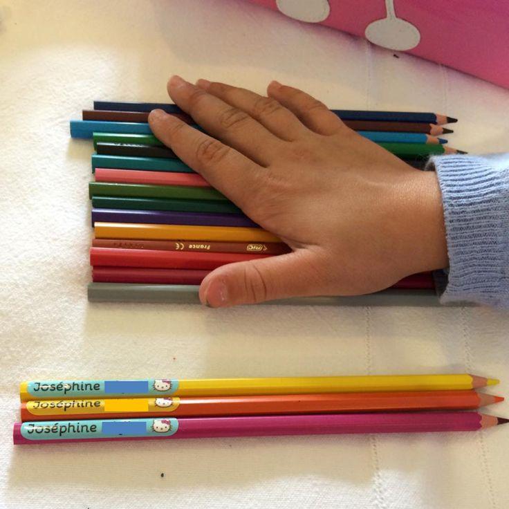 """Nos étiquettes mini autocollantes pour les petits objets sur www.ludilabel.fr ! Joséphine la petite fille de l'animatrice du blog """"Les trouvailles"""" a choisi Hello Kitty pour illustrer ses étiquettes."""
