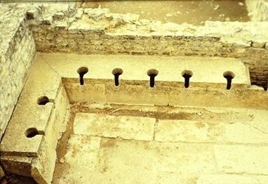 Romeins groepstoilet. Romeinen hadden wc in keuken zonder stankslot