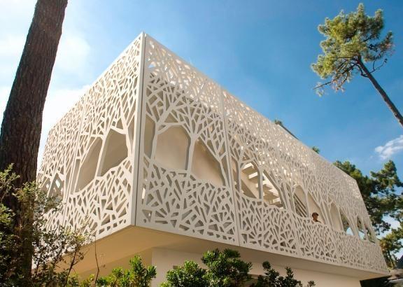 Le cabinet Rocheteau-Saillard Architectes a construit, pour son compte, l'extension d'une villa à la Baule (Loire Atlantique). L'enveloppe de ce nouveau bâtiment est une résille en Ductal® FO (Fibres Organiques) blanc. Ces panneaux perforés, quasiment tous