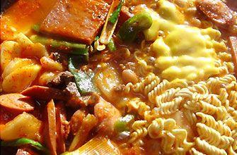 プデチゲ  韓国のチゲの一種です。肉、野菜、豆腐などといった一般的なチゲの材料と共に、ソーセージ、スパムに代表されるランチョンミート、インスタントラーメンを辛味のスープで煮込んだ大衆的料理です。   具材   -魚肉バーグ   -ウインナー    -豆腐    -餃子    -キムチ   -とろけるチーズ   -インスタント麺    -白ねぎ    -ダシダ     ・ヤンニョムの材料   -粉唐辛子    -コチュジャン    -醤油    -にんにくみじん切り   -おろしショウガ    -青ネギ