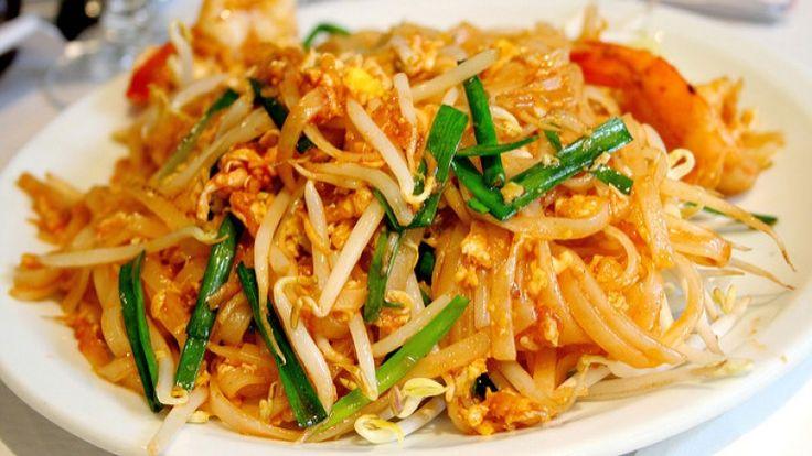 Pad Thai, cucina tailandese, spaghetti di riso con gamberi arachidi e cipollotti
