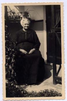 Portretfoto van Johanna van IJperen-Broek in Vlaardingse klederdracht. 1920-1950 #ZuidHolland #Vlaardingen