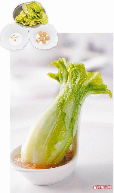 國寶級 翠玉白菜  材料: 娃娃菜6棵、干貝6個、櫻花蝦6尾、高湯適量,醬油、鹽、糖各少許,太白粉水1大匙 準備: 干貝加水以電鍋蒸1小時,放涼剝絲。櫻花蝦烤香。