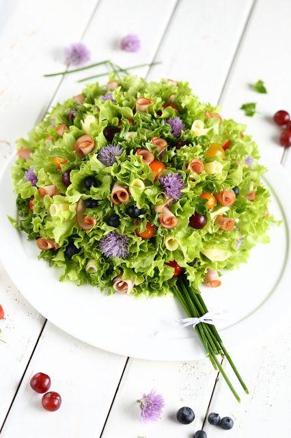 Kukkakimppu-voileipäkakku kinkkutäytteellä
