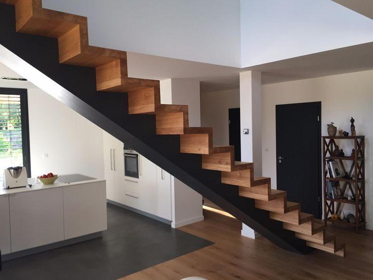 Escalier droit avec marches bois et limon central acier brut ciré