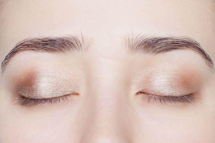 9 — (A) Gold Copper для спокойного, нейтрального макияжа, для офиса или где акцент на губы, на внутренние уголки глаз. через пару часов забивается в складку века. А еще через пару часов тускнеет и требует добавки. ровно ложится, легко растушевывается, не размазывается, не ощущается на глазах.  удачное сочетание бежевого, золотого и коричнево