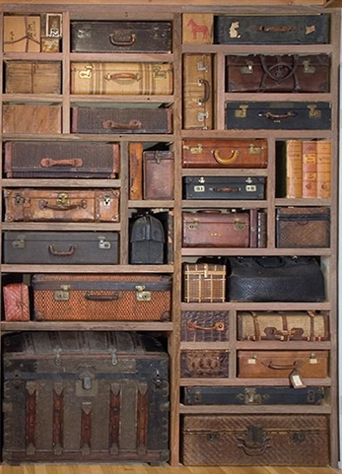 Étagère à valises dans le magasin du brocanteur.