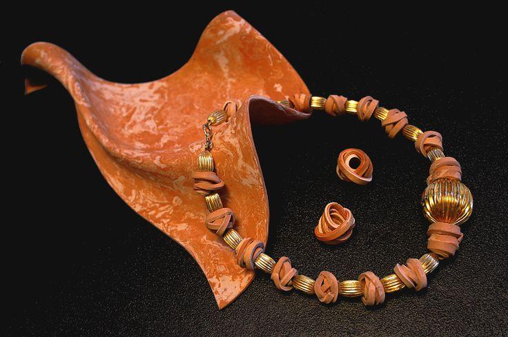 gioielli e bijoux in ceramica, dalle tonalita' e lavorazioni esclusive, realizzati con appositi impasti a base di creta e smalti iridescenti. questi gioielli sono modellati a mano in versione unica e quindi sempre diversi tra loro... gioielli e bijoux unici come il profumo di chi li indossa..