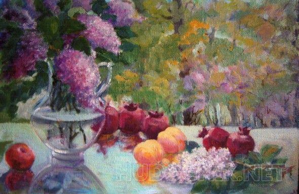 Сирень и фрукты Весенний сад, На столе букет сирени в вазе и гранаты .