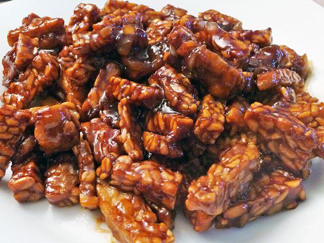 Sambal goreng tempéh is een koud gerecht. Tempéh is gemaakt van sojabonen waardoor het heel geschikt is voor een vegetarische keuken. De sambal goreng tempéh is niet moeilijk te maken en lekker van smaak. Benodigdheden: - 1 pak tempé (gesneden in...