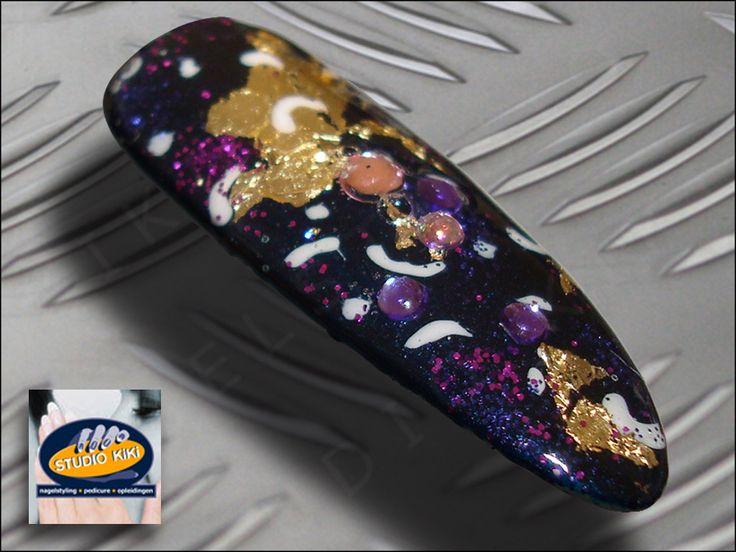 Najaar/winter #Shellac Nail Art Specials  De trend dit najaar op het gebied van nagels zijn Ovaal/Amandel gevormde (kunst)nagels met Nail Art Shellac.  Op basis van de nieuwe Forbidden Collection hebben wij inspirerende   #nailart    voorbeelden gemaakt zoals deze Layering met de nieuwe Shellac kleur Blue Rapture en de kleur van vorig najaar Midnight Swim, purple bullions, goud lamé en roze/paarse strass steentjes.  http://nagelstudio.kiki.nl/shellac.html
