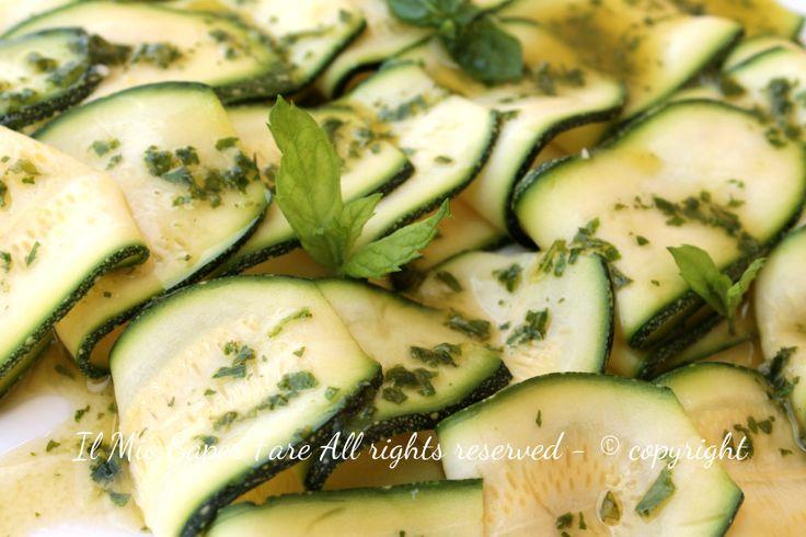 Carpaccio zucchine | Antipasti estivi freddi light e senza cottura.Le zucchine risultano croccanti,saporite,leggere e aromatizzate con emulsione di olio evo