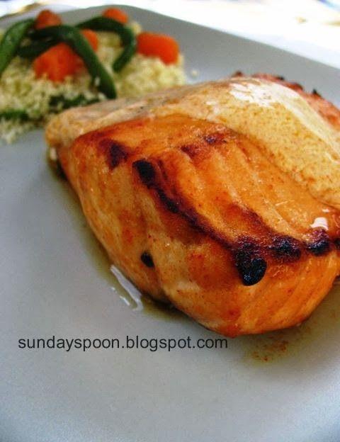 Grilled salmon with yoghurt sauce / Σολωμός στο γκριλ με δροσερή σος γιαουρτιού