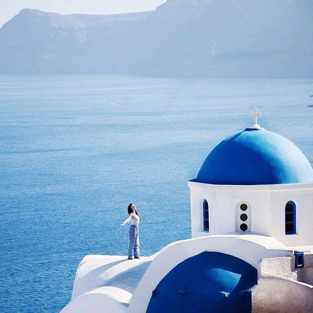 ✴ Santorini, Cyclades... Photo from @evenmar! The unique Greek Blue & White palette! ➖➖➖➖➖➖➖➖➖➖➖➖➖ #Santorini #caldera #thira #santorinigreece #santoriniisland #cyclades #cyclades_islands #greekislands #aegean #aegeansea #greece #greek #ig_greece #instagreece #instalifo #grecia #wu_greece