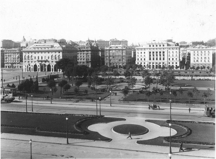 Veduta dei giardini della Stazione ferroviaria di Brignole, di via Fiume e Piazza della Vittoria. Nell'immagine si riconoscono il Palazzo degli Uffici Finanziari e il Palazzo dell'Istituto Nazionale della Previdenza Sociale (Inps) costruiti negli anni '30.  (Foto: 1932-1936, Cav. Mario Agosto)