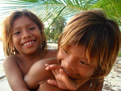 """Les Kunas sont des gens affables qui nous accueillent très amicalement. Très souriants, les enfants vous accueillent avec exubérance et des bordées de """"Hola!"""", heureux de vous accompagner dans le village en vous prenant la main. Ils sont sages et nous regardent avec de grands yeux amusés, ils ne nous lâchent sous aucun prétexte et se disputent même un peu la place."""
