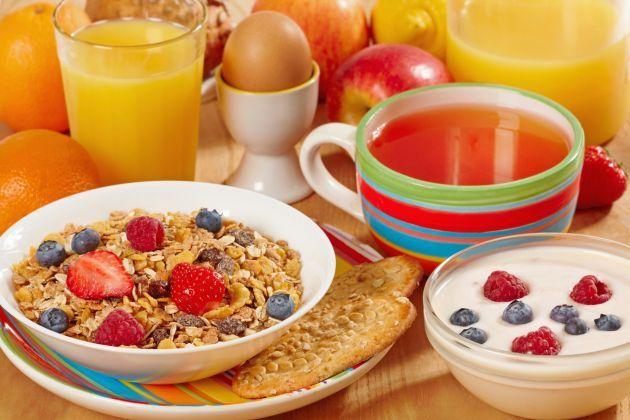 Nunca debes perderte el desayuno, ya que te brinda la energía necesaria de tu día a día, pero trata de desayunar saludable y una hora antes de ejercitarte, con una pequeña porción.