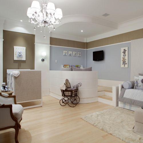 Quando planejamos um quarto de bebê sempre pensamos em uma paleta bem suave de cores. Cores claras como os off-whites, que são luminosas e p...