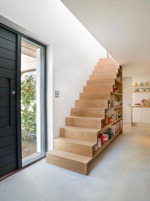 Trap met ingebouwde boekenkast.