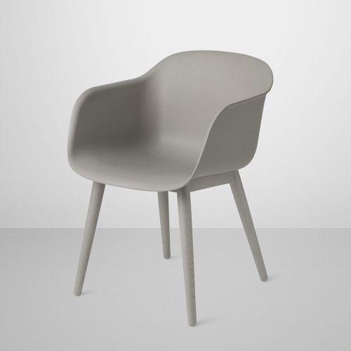 Fiber Wood stolen fra Muuto er designet av Iskos-Berlin og er 100% resirkulerbar. Dette er en allsidig stol som er laget av et nytt skallmateriale av resirkulerbare plast og trefiber. Med et øye for detaljer, er hver linje og hver kurve designet for å balansere maksimal komfort med minimal plass. Med en rekke farger, eksklusive møbeltrekk og skinnalternativer samt fire ulike baser, finnes det en fiberstol for spisestuen, resepsjonen, konferanserommet, auditoriet eller kontoret. Material...