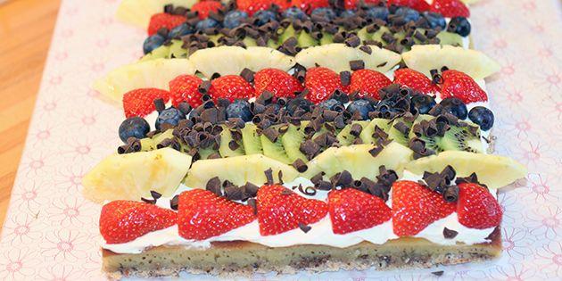 En flot og overraskende nem kage med frisk frugt og en dejlig creme, som kan bruges til enhver festlig lejlighed. Det der gør den ekstra særlig, er den perfekte kombination af det søde, det syrlige og det friske.