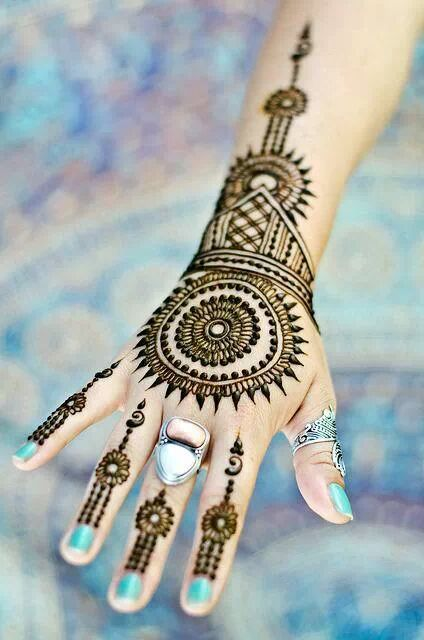 Very nice henna designs- this one looks kind of like the Thorncrown Chapel in Eureka! Beautiful!!