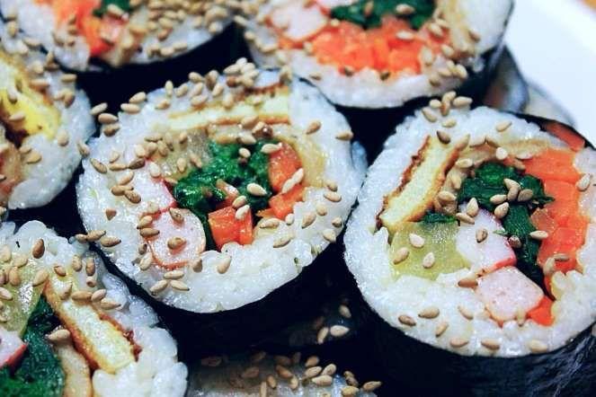 GIMBAP - COREA DEL SUR - GIMBAP, COREA DEL SUR A menudo se le llama 'sushi coreano'. El Gimbap suele tener palitos de cangrejo, huevo, ternera y zanahoria y se enrolla en arroz cocido y una hoja de alga conocida como Gim.