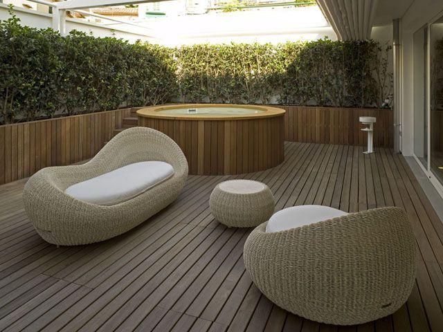 Este sillón redondo, con el sofá y la mesita en estilo conjunto (y en materiales naturales como la paya, la lana y el algodón), son el ideal para hacer la siesta después de la comida.
