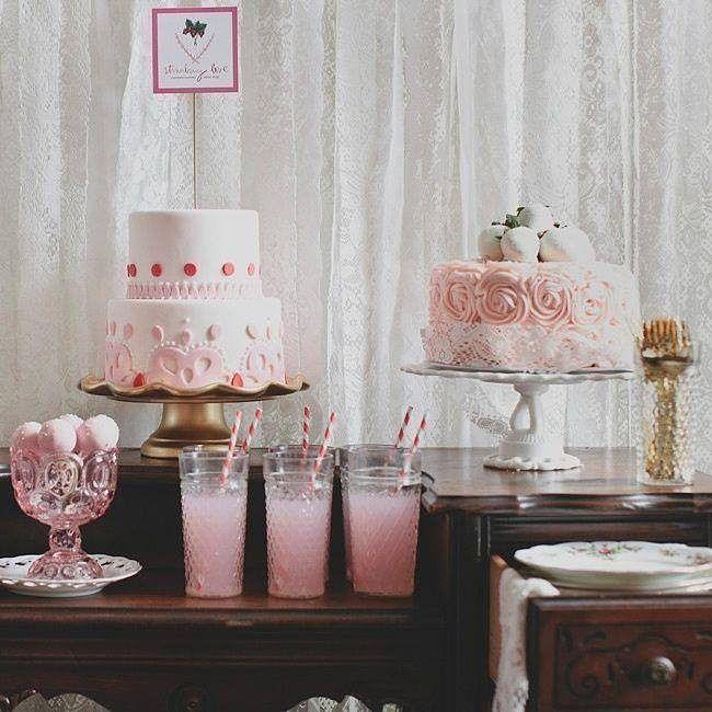 Coisa mais fofa essa decoração simples e rosinha! Pode servir pra um mini wedding ou para um noivado!  #noiva #bride #ceub #casaréumbarato #wedding #instawedding #casamento #buquê #flores #flower #buquêdenoiva #inspiração #instawedding #noivas #noiva #noiva2016 #noiva2017 #ido #instabride #picoftheday #dreamwedding #bff #engaged #bridetobe #fashion #fashionista #weddingideias