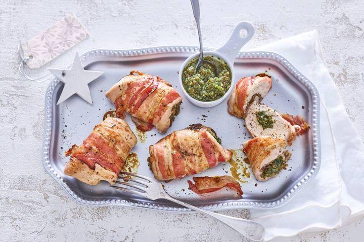 Gevulde parelhoenfiletrolletjes met peterseliepesto en pancetta - Recept - Allerhande - Albert Heijn