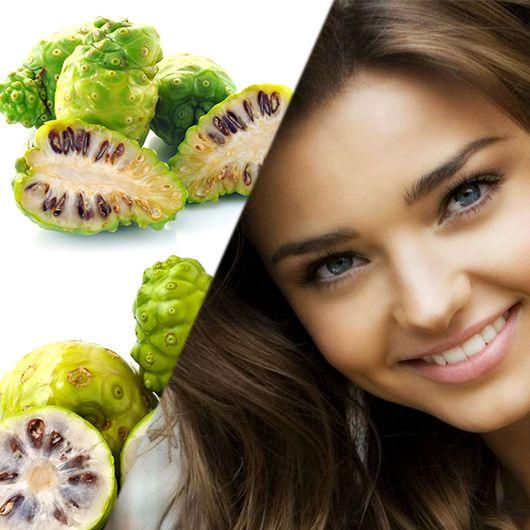 """Noni Meyvesiyle gelen güzellik sırrını bilmeyen var mı? Hücre yaşlanmasını geciktiren anti aging özellikli Noni meyve suyu , diğer birçok meyve suyu gibi , Vitamin A, C, E , B1, B2, B5 , B6 , B12 , Biyotin & Folik Asit , mineraller ve antioksidanlar kaynağıdır. Miranda Kerr'in sürekli noni suyu tüketmesine ve bir yarışmada güzellik kraliçesine sorulan """"güzelliğinizi neye borçlusunuz?"""" sorusuna ''Noni'' cevabını vermesi, bu meyveye merak uyandırdığı söylenebilir. #noni #fruit #beauty…"""