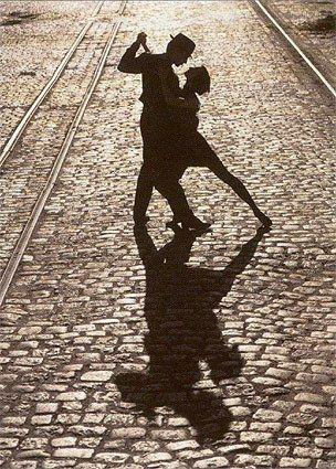couple qui danse dans la rue.