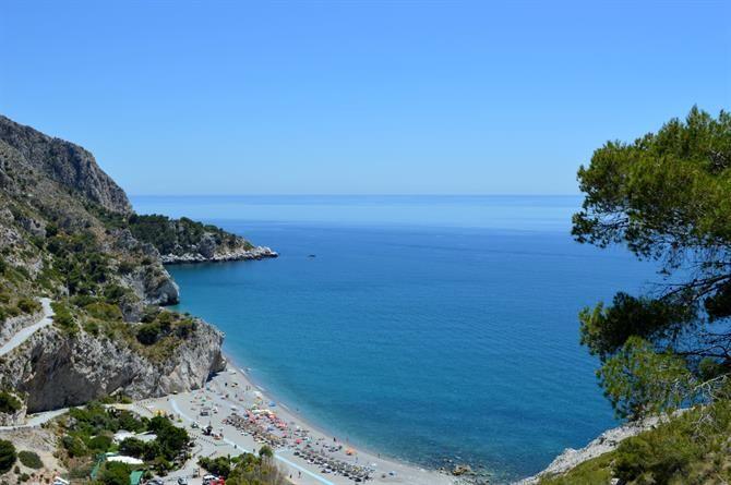 Playa de Cantarrijan, Costa Tropical ist einer von zehn handverlesenen Badestränden in #Andalusien. Geheimtipps für euch ausgeplaudert.