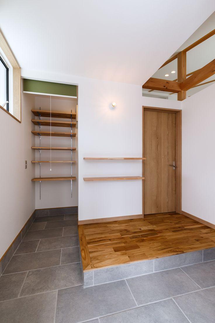 7.2mの土間のあるリビング空間。リビングとテラスを「土間」でゆるやかにつなぐ、小さな平屋の住まい。 市内郊外に建つ22坪のローコスト住宅。平面計画は平屋をベースに、屋根勾配を有効活用したスキップフロア構成をもちいることで大容量の収納と予備室となるロフト空間を確保しています。リビングダイニングは贅沢なワンルーム空間となっており、玄関からリビングへとつながる土間は、自転車を置いたり、観葉植物に水をやったり、靴を脱がずに腰を掛けておしゃべりをしたりと屋内(リビング)と屋外(テラス)とをつなぐ中間領域として、暮らしに多様な豊かさをもたらしてくれます。