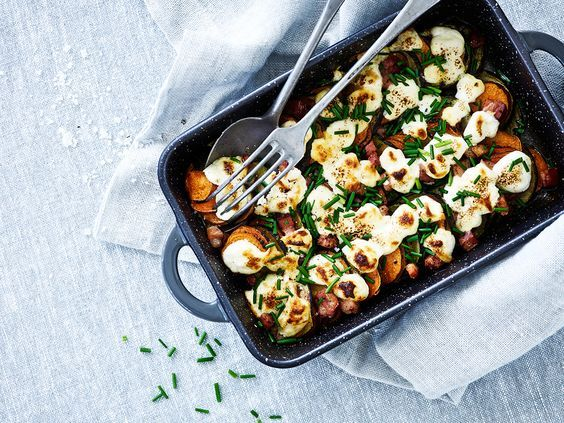 Sød kartoffel-squash gratin med bacon, purløg og gedeost
