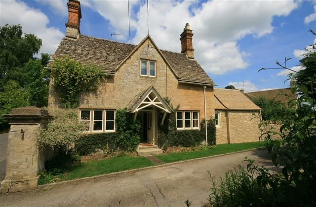 2 Bedroom Cottage in Cirencester to rent from £512 pw. With Telephone, TV and DVD.
