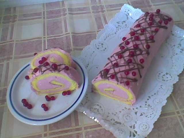 Többször sütök gyümölcsös sütiket! Gyorsan kész van és finom nassolni való. Egyszerű piskóta tészta. Ugye milyen guszta?  Hozzávalók 6 db tojás, 6 ek, cukor, 6 ek, liszt, 1/2 cs sütőpor, 1 ek, olaj, Ribizli krém 3 ek liszt, 1 1/2...