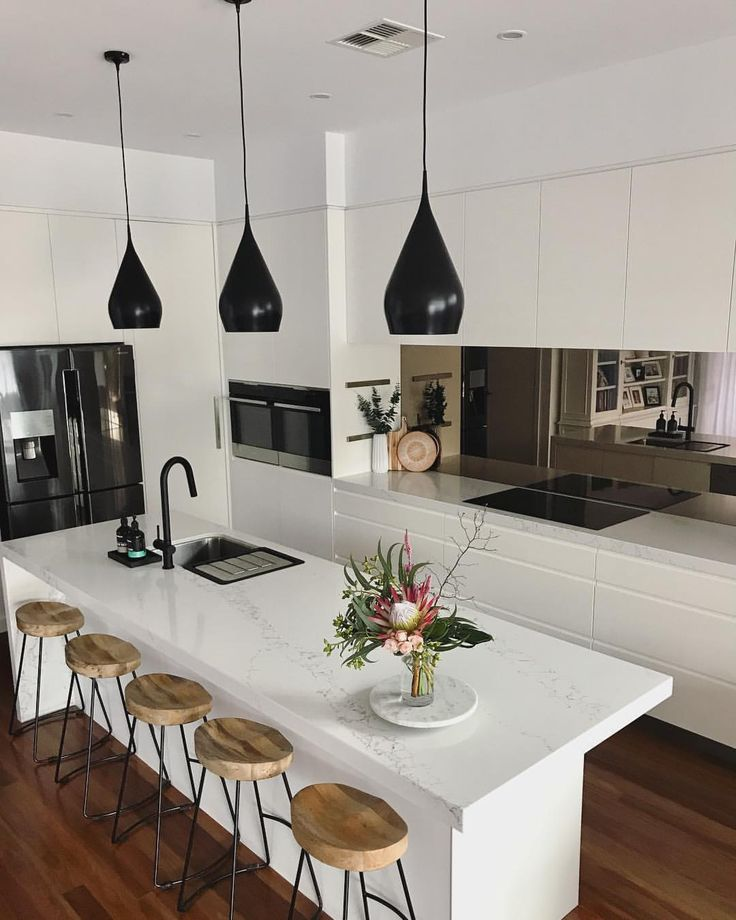 "201 Me gusta, 8 comentarios - Rach Walton (@the_edgeofstyle) en Instagram: ""~ LOVE how my new black pendants have rezoned my kitchen into its own space, creating depth,…"""