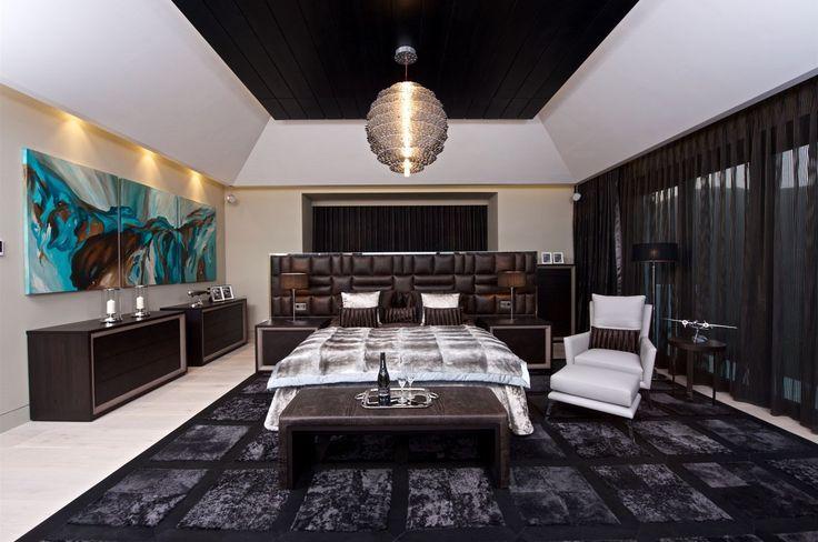 Hlavní ložnice je vybavena nábytkem vyrobeným na zakázku z luxusních materiálů včetně krokodýlí kůže.