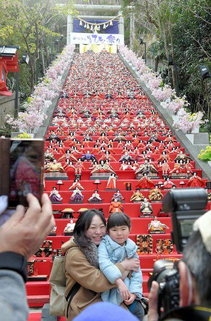 千葉・勝浦で「ビッグひな祭り」 石段60段にひな人形:朝日新聞デジタル