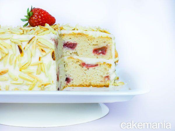 Questa torta di fragole a doppio strato e con copertura di mandorle è bellissima: perfetta per una festa primaverile, un picnic o un matrimonio!