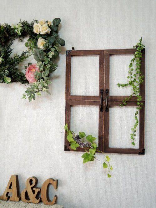 カフェと言えば思い出すのが、おしゃれな窓枠。実はあの窓枠を、セリアの材料だけで簡単に作ることができるんです!DIY初心者さんにもおすすめの、フォトフレームを使った窓枠作りをご紹介します。