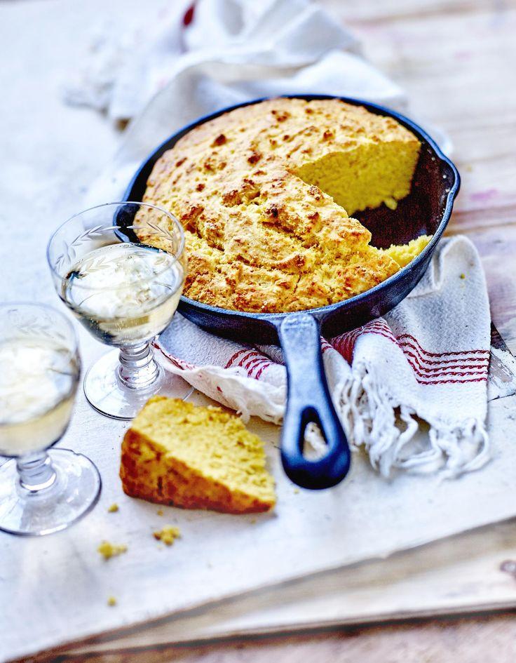 Recette Pain de maïs facile : Préchauffez le four sur th. 6-7/190°.Mélangez la farine et la semoule de maïs, la levure, ½ c. à café de sel et 1 pincée ...