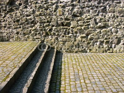 Alte Burgmauer und Treppenstufen mit Kopfsteinpflaster in der Burg Gleiberg in Wettenberg Krofdorf-Gleiberg im Landkreis Gießen in Hessen