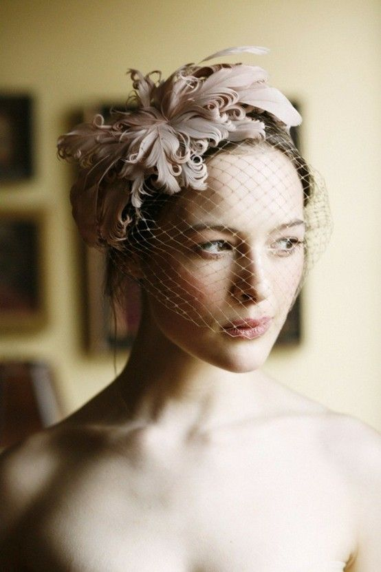 GORGEOUS. and i think its the right color. Fascinator with Birdcage Veil Birdcage Schleier, Vogelkäfig Schleier, Braut Schleier, Braut Mode, Vintage Style, Vintage Bride