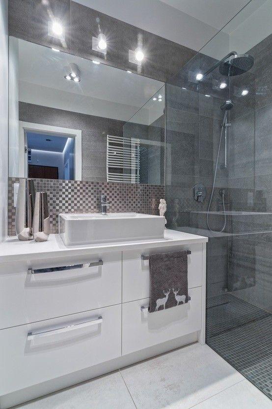 Minimalistyczna łazienka, nowoczesna łazienka, szklany prysznic, prysznic bez brodzika. Zobacz więcej na: https://www.homify.pl/katalogi-inspiracji/34544/jak-urzadzic-mieszkanie-w-minimalistycznym-stylu: